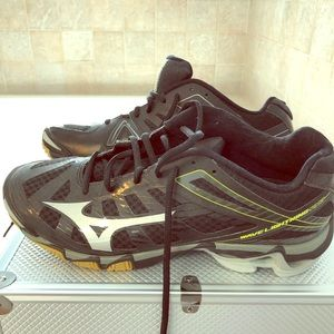 NWOT Mizuno wave volleyball sneakers. Size 10.